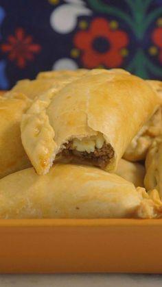 Agora você pode fazer essas deliciosas empanadas de carne sem sair de casa.