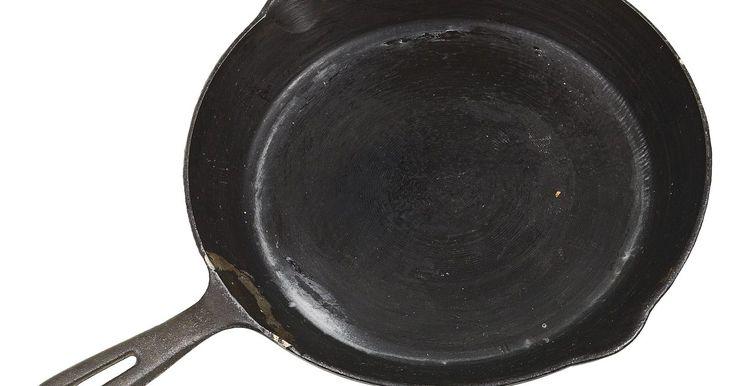 Cómo curar una sartén antiadherente de hierro fundido. Las sartenes de hierro fundido son utensilios negros, pesados que proporcionan y retienen un calor uniforme. La mayoría de estos sartenes desarrollan una superficie antiadherente cuando se curan adecuadamente. Si tienes una sartén de hierro forjado en la que la comida no se paga, probablemente ya ha sido curada. Si los alimentos comienzan a ...