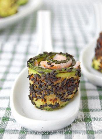 Particolare involtino di salmone affumicato, zucchine grigliate e semi di sesamo neri