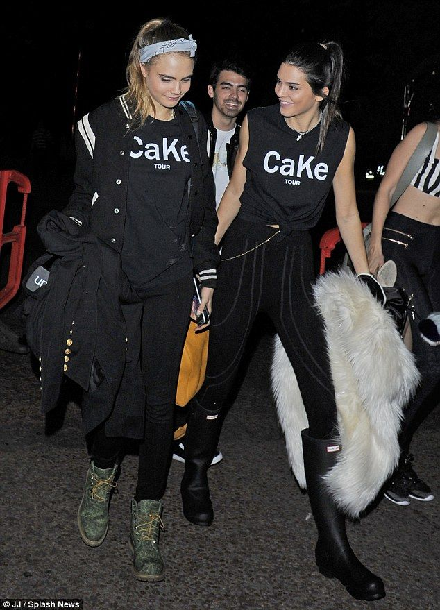 Twin day: Kendall, 19, and Cara, 22, coordinated in Cake Tour shirts as they chatted away