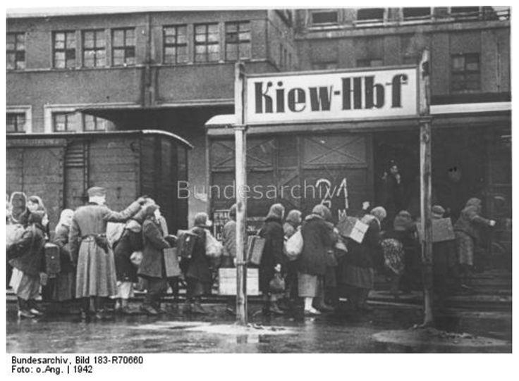 """Из Киева отправка дешевой рабочей силы на принудительные работы в Германию. 1942 г.  Оригинальное название: """"Добровольные восточные рабочие"""" должны быть отправлены в Германию. Фотограф: o.Ang. Bundesarchiv"""