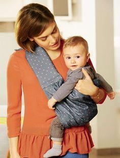 Le bonheur des parents c'est de porter bébé tout contre soi lors de la promenade… Si c'est un nouveau-né ou si votre bébé est tout petit, il est préférable de privilégier la position allongée pour lui plutôt que verticale. Ce que vous pouvez lui offrir avec le porte-bébé hamac Cosynomad de Vertbaudet: facile d'utilisation, vous portez bébé dans une position aussi agréable pour lui que vous. De plus, grâce à sa bandoulière amovible supplémentaire, vous passez du portage en hamac au portage…