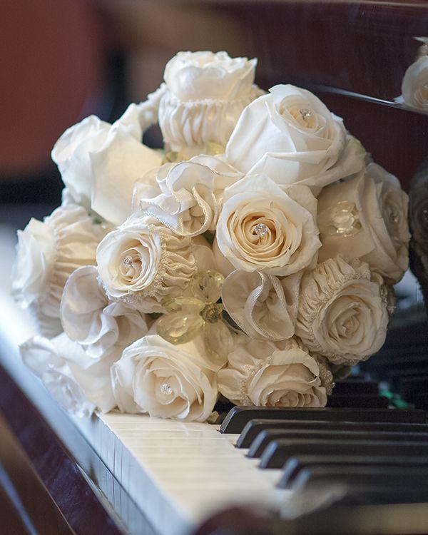 Buchet de mireasă elegant cu trandafiri albi. Elegant bridal bouquet with white roses.
