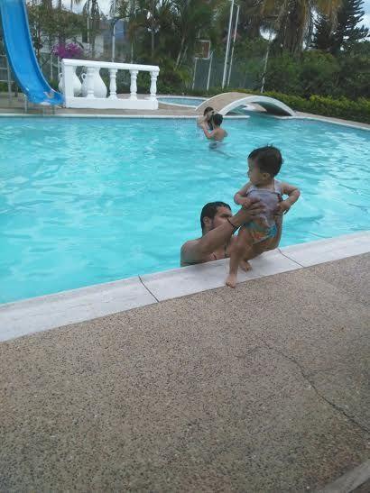 La primera vez que el niño de mis ojos entraba en la piscina.
