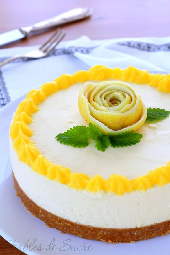 Cheese cake al lemon curd. Una meravigliosa e cremosissima torta fredda, senza cottura. Un fondo croccante e crema al limone per una torta estiva.