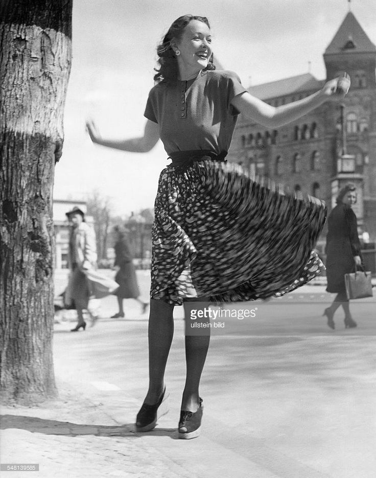 Young woman with colorful wind blown silk skirt - 1942 - Photographer: Regine Relang - Published by: 'Berliner Illustrirte Zeitung' 20/1942 Vintage property of ullstein bild