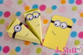 #Миньоните+#торта+++#покана+Миньон Тема:+Миньоните+атрактивни+и+любими+на+хлапетата Материали:+#Хартия,+#картон,+очички,+лепило,+залепени+със+#ръце+и+подредени+със+#детска+#радост,+за+да+е+вашият+празник+тематичен+и+незабравим,+възможност+за+изработка+на+покани+и+други+тематични+хартиени+аксесоари+за+Вашето+Миньонско+парти. Техники:+Изрязване,+лепене,+съединяване Размер:+13+x+7+x+6,5+см+,+Диаметър+30+см+-+12+парчета+ Срок+за+изработка+–+3+работни+дни.+При+експресна+поръчка+++40+%+ Парч...