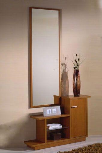 Fantástico recibidor diseñado para facilitar la perfecta adaptación a cualquier espacio, en un estilo de líneas sencillas, que dará a su hogar un toque elegante y fresco. Se compone por espejo y mueble con repisa en cristal y puerta con tirador metálico. Disponible en cerezo.