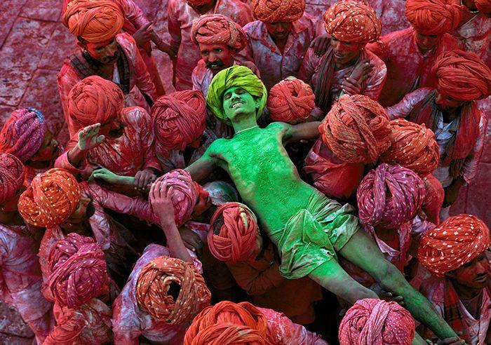 Vandaag wordt het hindoeïstische holi feest gevierd. Het feest van de liefde en de kleuren en de overwining van het goede. #fotofriday Holi feest India - Nomad & Villager