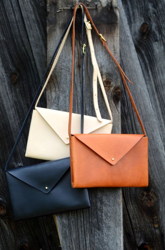 Adorable handmade bags Leather Semi-Circle Bag En stock • $158 par FarrellandCompany sur Etsy