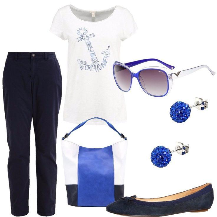 I pantaloni in cotone sono blu scuro ed hanno vestibilità aderente e tasche alla francese. La t-shirt è in cotone con la stampa di una ancora, azzurra, composta da parole straniere. La borsa capiente è a spicchi: uno bianco e due sui toni del blu. Una di queste tonalità è richiamata nella montatura degli occhiali da sole e nei cristalli degli orecchini d'argento. Le ballerine, infine, sono scamosciate e nella tonalità più scura del blu.