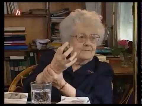 Arrivée en Algérie fin 1954 pour une mission d'observation et pour analyser la situation face au risque de guerre.... Germaine Tillion,éthnologue, avait pris...