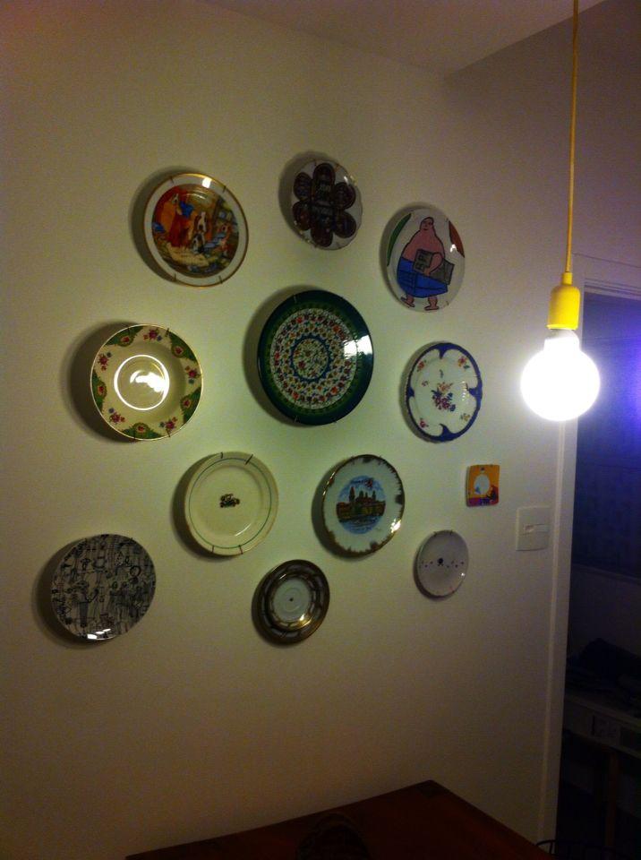 Pratos pregados na parede. Nem acredito!