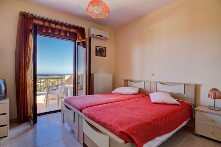 Bedroom with 2 single beds and sea view