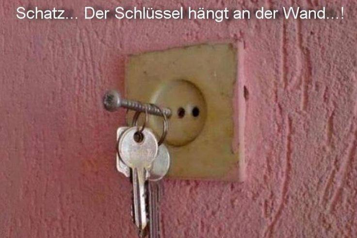 Der Schllüssel hängt an der Wand.