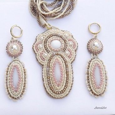 Biżuteria w romantycznych tonacjach Piękne kolczyki i naszyjnik wykonane niezwykle pracochłonną techniką haftu koralikowego. Do wyhaftowania biżuterii użyłam wysokiej jakości, maleńkich koralików Toho w kolorystyce ecru, różu i delikatnego złota oraz perełek. Koraliki otaczają kaboszony z muszli i porcelany. Długość kolczyków z biglami (srebro złocone) ok 70 mm, szerokość 20 mm długość naszyjnika 52 cm plus zapięcie (ze stopu metali nieuczulających w kolorze mosiądzu).   www.KuferArt.pl