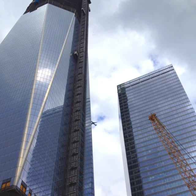 Nesta foto o avião parece chocar-se com o novo prédio que esta sendo construído no lugar do wtc.