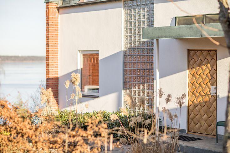 Ekstrands ytterdörr Braid 180 i massiv ek framtagen i samarbete mellan Ekstrands och White arkitekter. Braid 180 är en nyskapande dörrdesign med ett unikt flätat utseende. Modellen är gjord i massiv ek, en exklusiv ytterdörr som passar både klassisk och modern minimalistisk arkitektur. #Ekstrands #ytterdörr #Braid180 #WhiteArkitekter #design #dörr #inspiration