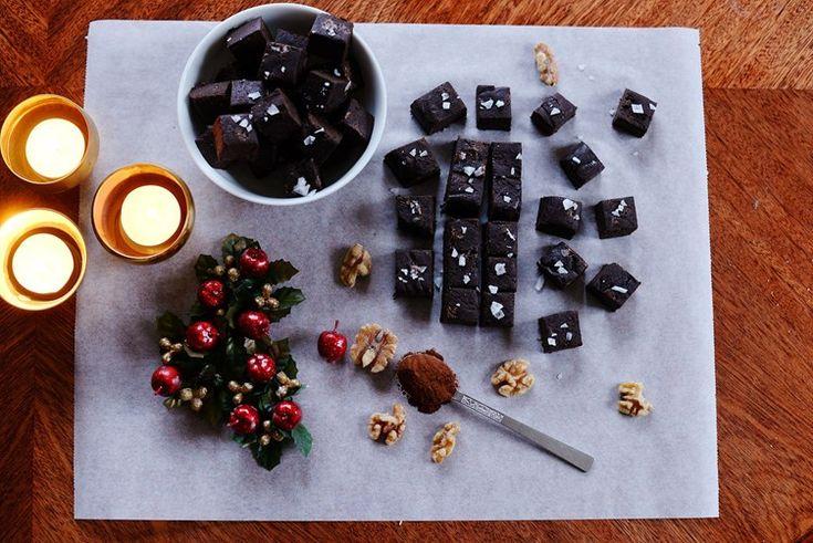 En nyttig choklad fudge Recept -  200g mandelsmör  230g svarta bönor 1 dl kakao 120g dadlar 2 krm vaniljpulver Salt - Mixa till en jämn smet. Platta ut deg i form och kyl en timme innan du skär i bitar (ca 45st).  4. Strö om så önskas lite flingsalt över. Ät och njut till adventsfikat eller till en kopp kaffe en vardarg.
