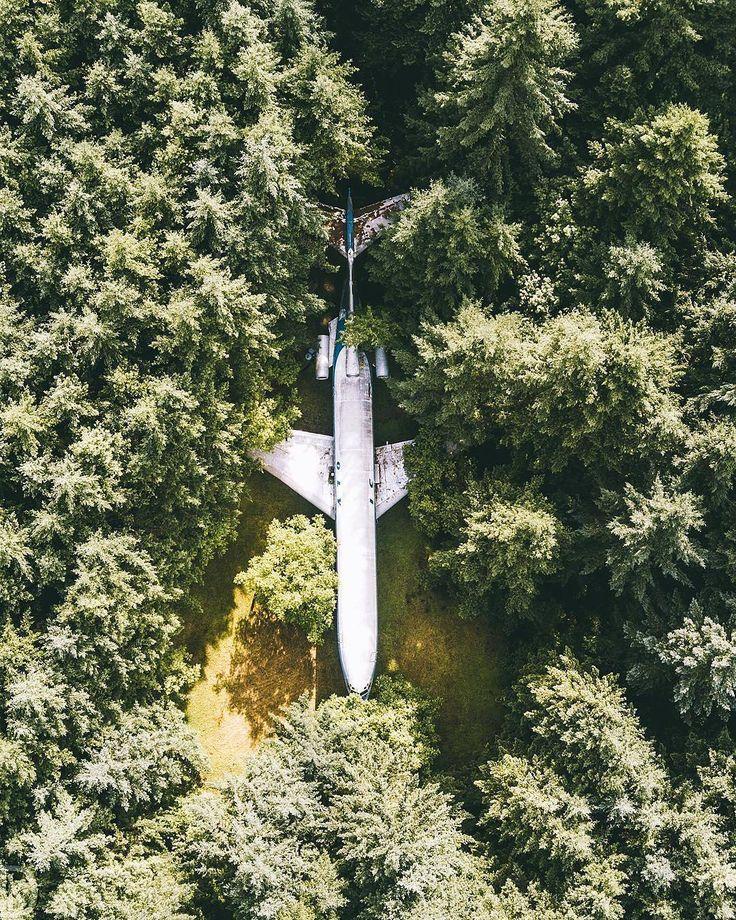 🌎Дом из самолета с высоты птичьего полета | штат Орегон | США.🇺🇸 📝Несколько лет назад американский пенсионер👴 из Орегона Брюс Кэмпбелл построил себе дом из самолета✈ Boeing 727. Свой новый дом Кэмпбелл установил в лесу за пределами города Портленд. Салон самолета подвергся довольно серьезной переделке: мужчина привел в порядок кабину, лестницы, установил светодиодное освещение,🔌 напольное покрытие сделал прозрачным. Есть в самолете и душ,🚿 правда, без душевой кабинки. Чтобы превратить…