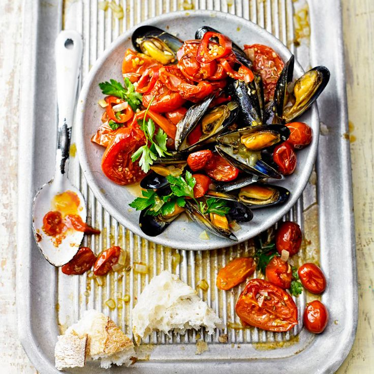 Verwarm de oven voor op 170 ºC. Verdeel de tomaten over een braadslee, bestrooi ze met het venkelzaad, de knoflook en chilipeper plus wat zout, en bedruppel ze met 2 eetlepels van de olijfolie. Schep de tomaten even om...