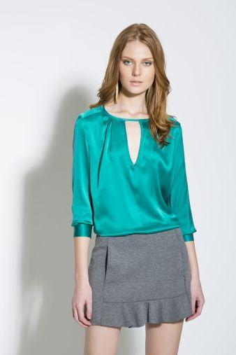 Camisas de mangas 3/4 ou 7/8 são ótimas aliadas para quem tem braços longos. Disfarça o comprimento e deixa o visual mais equilibrado.