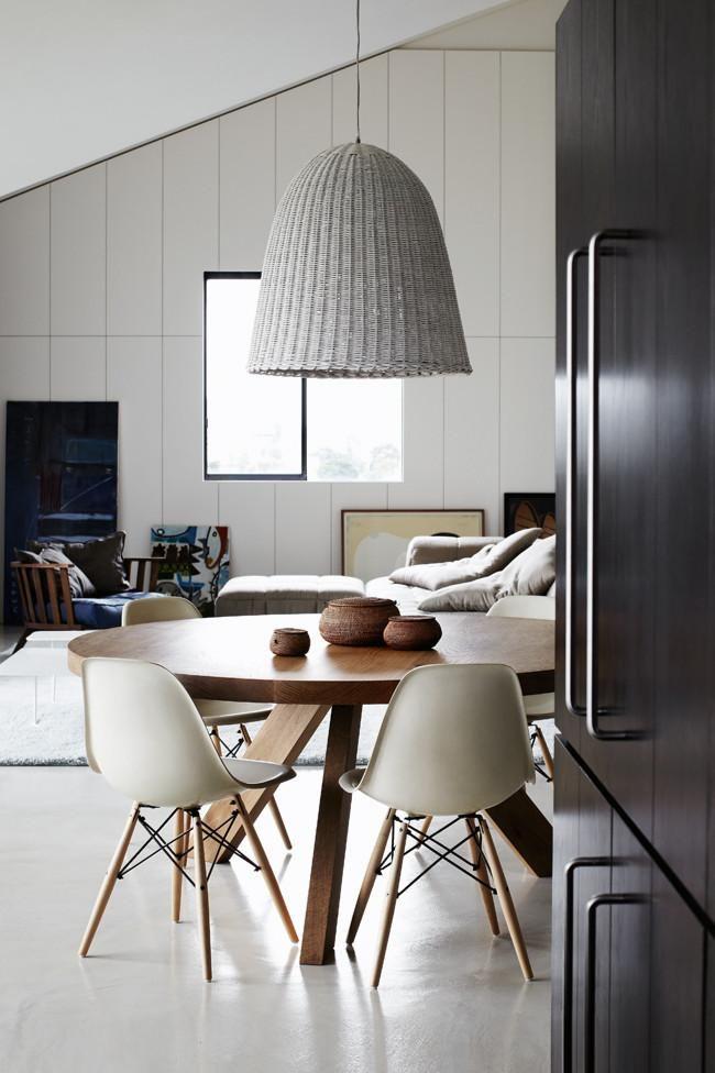 mesa redonda y con sillas blancas de diseño.