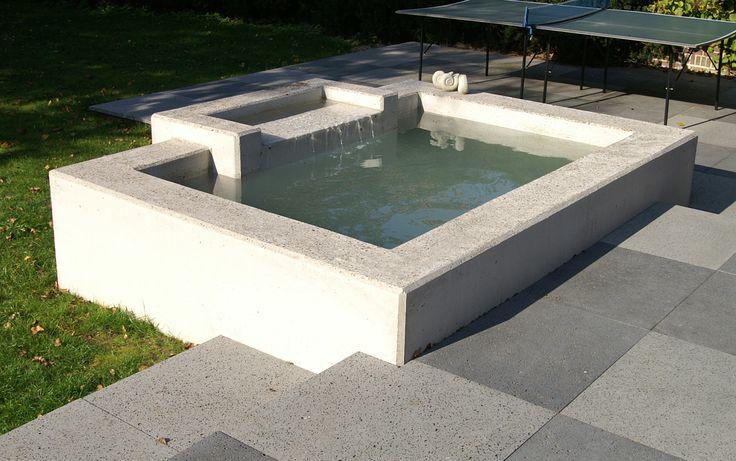 In deze kleine zwemvijver van beton met wateroverloop kun je lekker je onder dompelen op een warme zomerse dag  Ontwerp en aanleg  van Elsäcker Tuin urban garden stadstuin