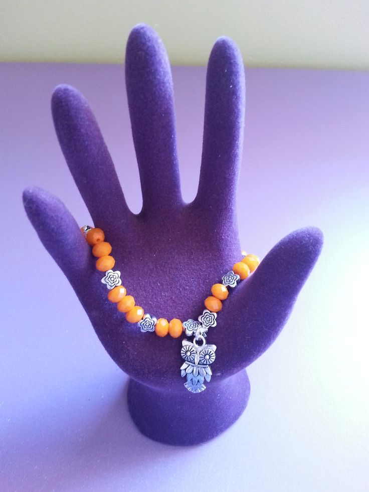 Pulsera de piedras naranjas con pequeños detalles de plata y un precioso búho. Perfecta para cualquier ocasión.