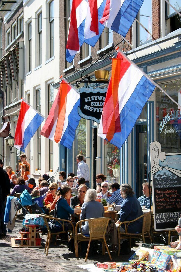 Kijk eens hoe gezellig onze vlaggen het straatbeeld kleuren tijdens Koningsdag. Vlaggenclub heeft nog veel meer vrolijke, originele Oranje versieringen en feestartikelen.Kijk op https://www.vlaggenclub.nl/overige-vlaggen/koningsdag-oranjefeest.html en laat je verrassen!