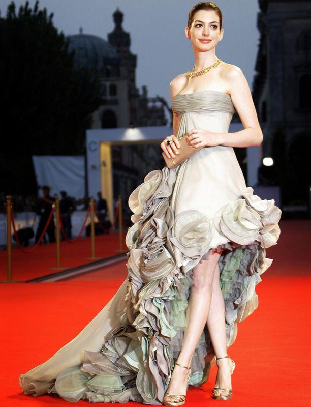 En la 65 edición del Festival de Venecia Anne dio toda una lección de estilo con este vestido palabra de honor de falda asimétrica con volantes y cola.