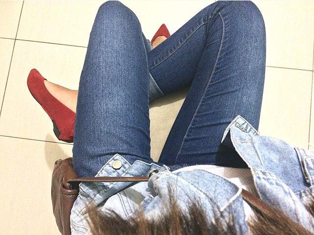 Sapatilha vermelha, jeans azul, colete jeans.