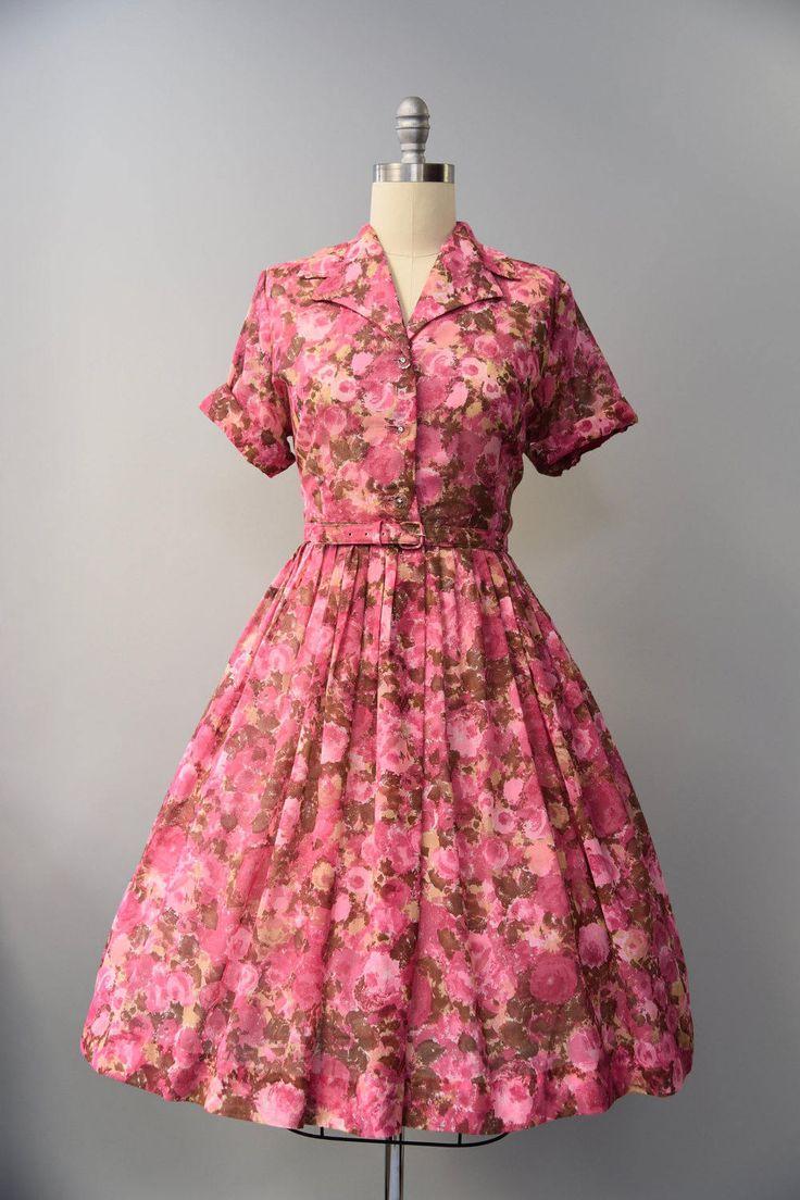 Prachtige jaren 1960 levendige roze roos floral shirtwaist jurk met taille gesmoord, zeer volledige rok, korte radialis mouwen (kan ook gedragen worden door de VN radialis), sharp afslaan kraag, floral knoppen onderaan de voorzijde bodice, bijpassende taille gordel en front taille sluiting. Bekleed, pure. Zo mooi!  voorwaarde: over het algemeen uitstekend, er is een klein gebied van naad scheiding op de oksels, zou een eenvoudig vast te stellen Label: geen materiaal: niet het label maar…