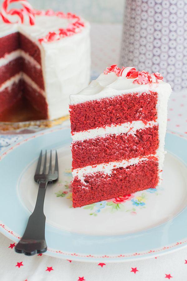 Tarta Red Velvet sobre stand de cerámica rosa de Miss Étoile En la vídeo receta de esta semana os voy a mostrar cómo hacer una tarta Red Velvet decorada con caramelos de menta. El color rojo aterciopelado del bizcocho la convierte en una tarta ideal para Navidad, aunque realmente es una tarta que sienta bien en cualquier época del año. Tradicionalmente se combina con frosting de queso crema, lo que es todo un acierto porque queda una tarta deliciosa sin ser muy dulce. Uno de los trucos para…