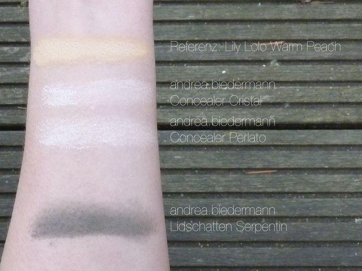 """""""Die Concealer von andrea.biedermann enthalten kein Siliciumdioxid & basieren auf Titaniumdioxid & Mica. Diese Zusammensetzung gefällt mir für die Augenpartie besser als der Concealer von Lily Lolo, der Zinc enthält, was unterm Auge austrocknend sein kann. Hilfreich finde ich, dass auf der Seite von andrea.biedermann zur gewählten Foundation ein passender Concealer vorgeschlagen wird. Die Deckkraft ist nicht so hoch wie die vom Lily Lolo Concealer, aber das Ergebnis konnte sich sehen…"""