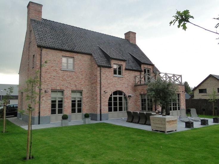 Als architect ben ik reeds meer dan 20 jaar actief hoofdzakelijk in West-Vlaanderen. Het werkterrein is zowel in de particuliere als in de openbare sector, gaande van renovatie en nieuwbouw van eengezinswoningen, meergezinswoningen, appartementen, en industriebouw.