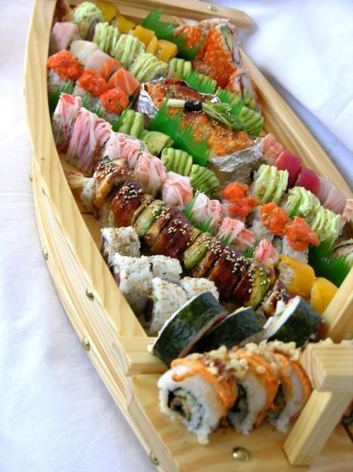 omg this is all i've wanted the past week. A sushi boat.. ugh like please I would love that right now