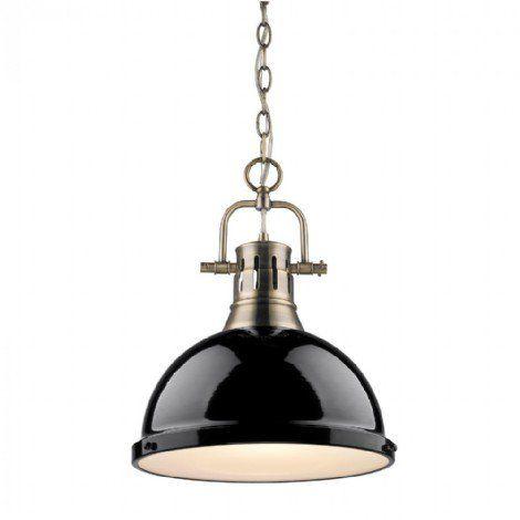 Luminaire suspendu aux finis métallique laiton antique, avec un abat-jour noir et une vitre givré.