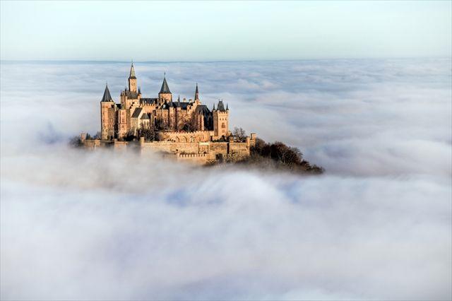 これぞ天空の城!雲海に浮かぶホーエンツォレルン城                                                                                                                                                                                 もっと見る