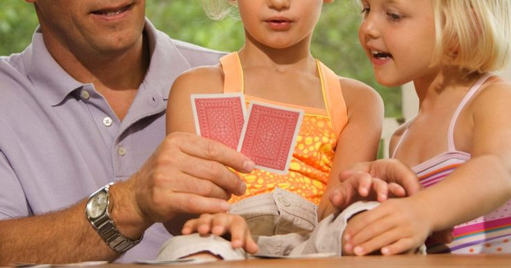 Como jogar Uno Spin. O UNO é um jogo de cartas clássico, admirado desde 1971. O UNO Spin é uma variação deste jogo popular. Essa versão segue as regras normais do UNO, com a diferença de que é preciso girar uma roda e completar diversas tarefas antes de passar para o próximo jogador. O objetivo do jogo é ser o primeiro a fazer 500 pontos.