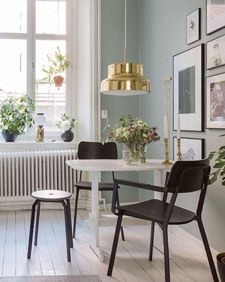 Hemma hos @ljunghem hittar ni detta vackra kök! Det vita målade trägolvet passar perfekt till den grågröna väggfärgen och guld detaljerna!  #inspiration #inomhus #köksinspiration #kök #golv #väggfärg #guld #repost #målamera