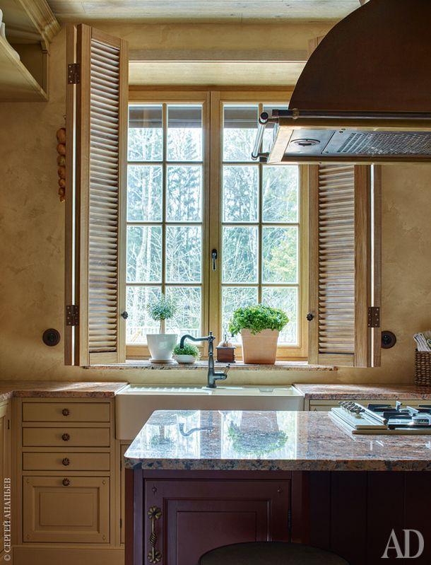Фрагмент кухни. Мебельный гарнитур Dialma Brown, Marchi Group. Раковина, Villeroy & Boch. Медная вытяжка изготовлена на заказ, как и дубовые ставни.