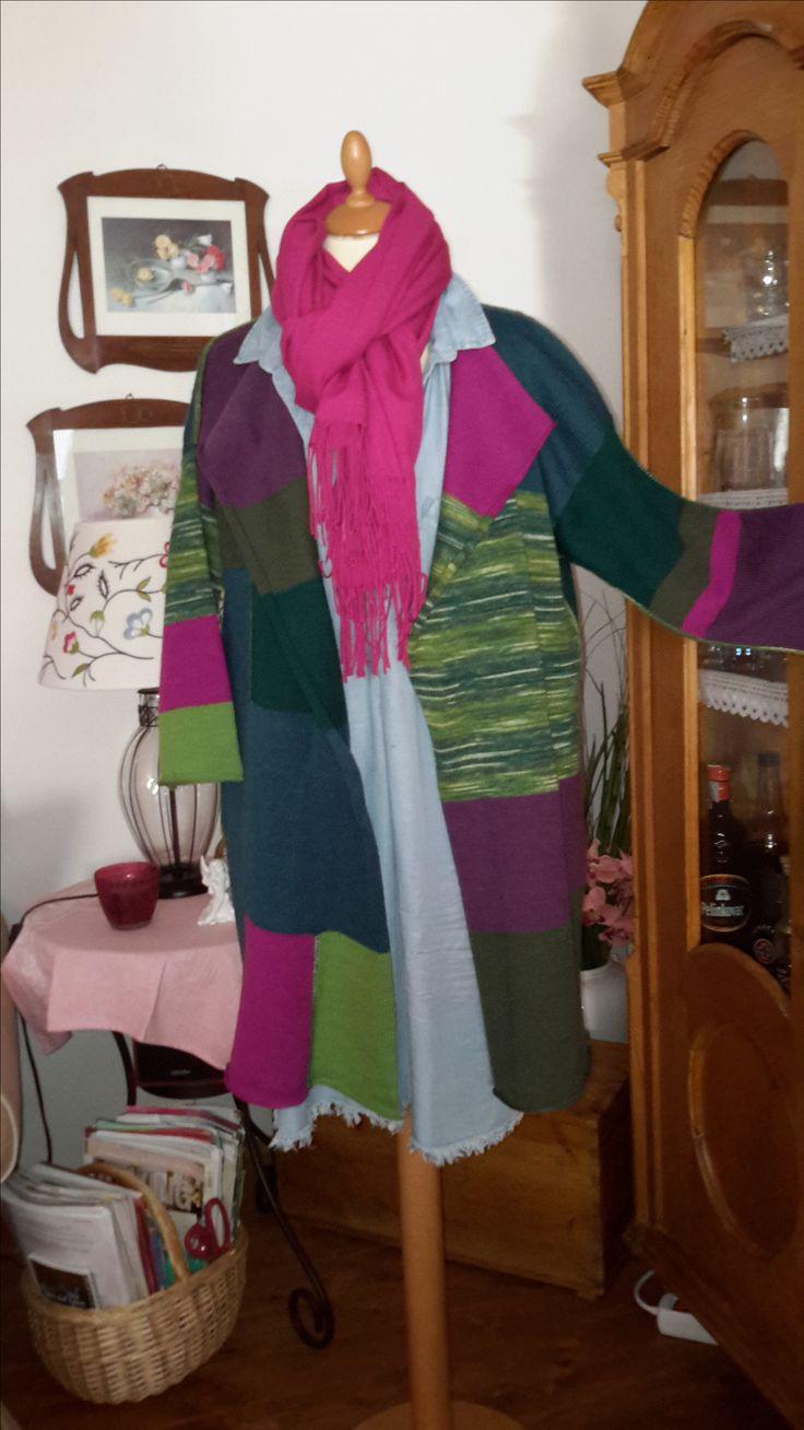 """MANTEL im modischen Oversized-Look eine freundliche Farbmischung in verschiedenen grün Tönen kombiniert mit petrol, pink und lila aus dünner, qualitativer Schurwolle (75%) mit Kunstfaser (25%)  namhafter Wollhersteller, die Liebe zum Detail zeigen die kontrastfarbigen Außenziernähte  Größe: für S/M oversized – für L/XL """"normal"""" (die Puppe ist Gr 36/38) Maße: Breite 70 cm Länge 85 cm - Ärmel: Länge 50 cm ab Schulter  (einfach gemessen) UNIKAT"""