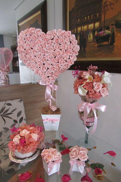 kit R$ 491,90 corresponde ao seguinte:  - árvore de coração 30x45 cm.alt. vaso branco MDF 15x15 cm com 72 rosas laço cetim, cabo encapado!  -1 arranjo na taça de vidro com pérolas sintéticas, hortência rosa desidratada,sempre vivas,copos-de-leite brancos e rosa,rosas em e.v.a  -1 xícara de cordas, com hortência desidratadas,mini rosas e sempre vivas mede: 18x18 cm.  -Pout-porri de folhas secas para espalhar na mesa!  - vasinhos MDF branco 7x13 cm.alt. com 4 rosas em e.v.a  Todas as nossas…