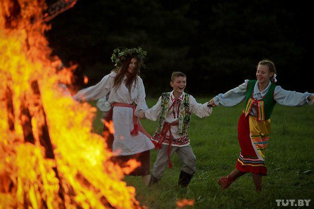 Girotondo attorno al falò. Festa di San Giovanni 2013 a Strochitsy, vicino a Minsk. Foto: Vadim Zamirovsky, TUT.BY