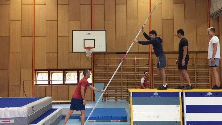 Introduction Au Saut A La Perche Avec Les Oc Sport Du Lcc Sautalaperche Athletisme Athletisme Stabhochsprung Leichtath Pole Vault Pole Dancing Track Field