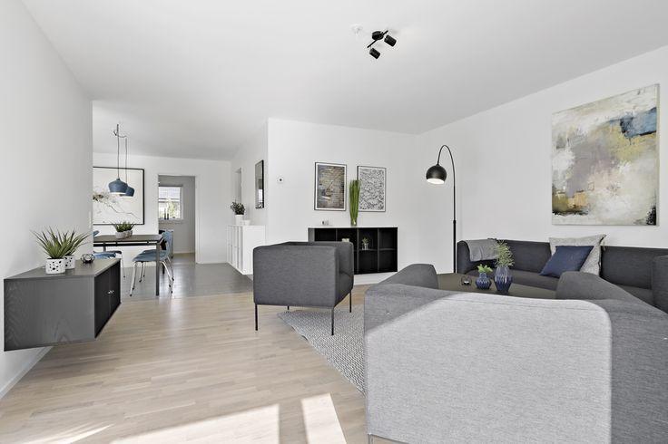 Lyse trægulve i fin stue