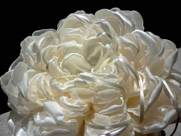 Porta-alianças FLOWER com fita para segurar. Detalhes da decoração:  1) Cor da flor: off-white e marfim; 2) Fita de cetim pérola no centro da flor; 3) Cor da almofadinha: marfim; 4) Fita de cetim para segurar na cor off-white. Obs.: Tecido translúcido de algumas pétalas sem brilho.  Tamanho aproximado da almofada: 20x20,5cm. Peso aproximado com embalagem plástica: 193gramas. Design original...