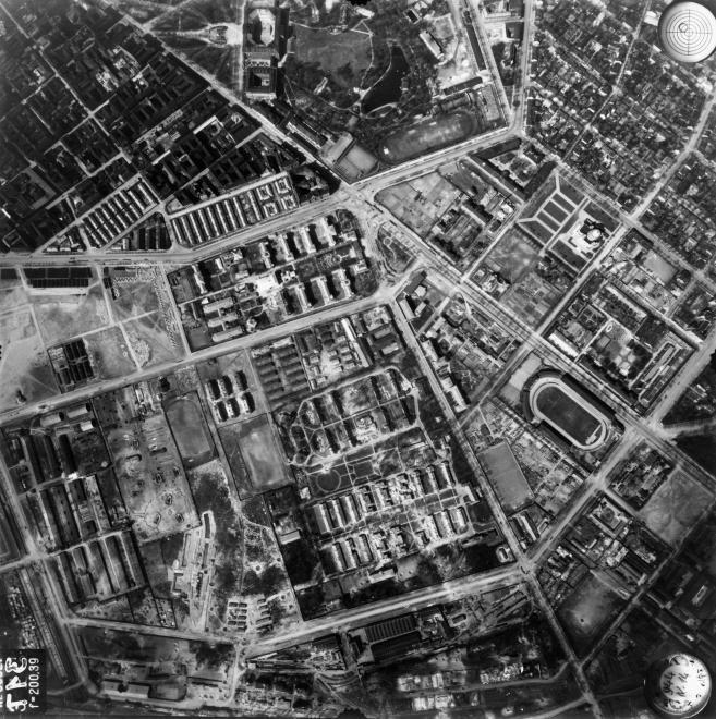 légifotó, Nagyvárad tér és környéke. A térbe csatlakozik balról a Haller utca, jobbról az Orczy út, a tér fölött az Orczy kert a Ludovikával. Az Üllői úton jobbra lent az FTC pálya látszik, tőle balra, a Gyáli (Albert Flórián) út mellett a Szent László kórház, felette a Szent István kórház épületei. A felvétel 1944. április 14-én készült.