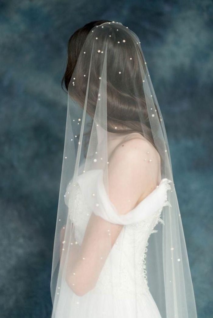 un voile mariée féerique orné de perles et coiffure de mariage cheveux détachés, robe à épaule tombante